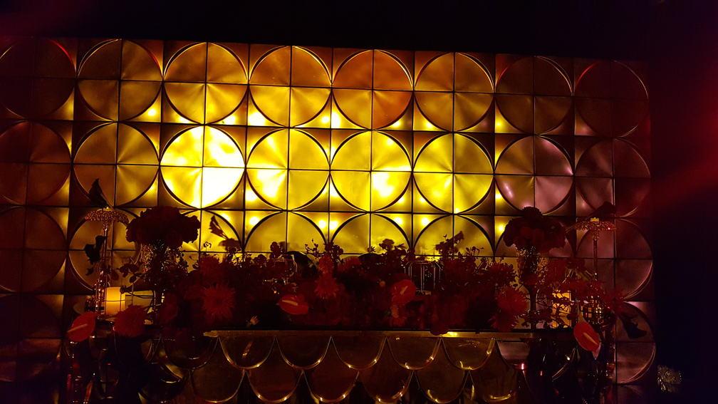salon hotel hilton santa fe decorado en rojo