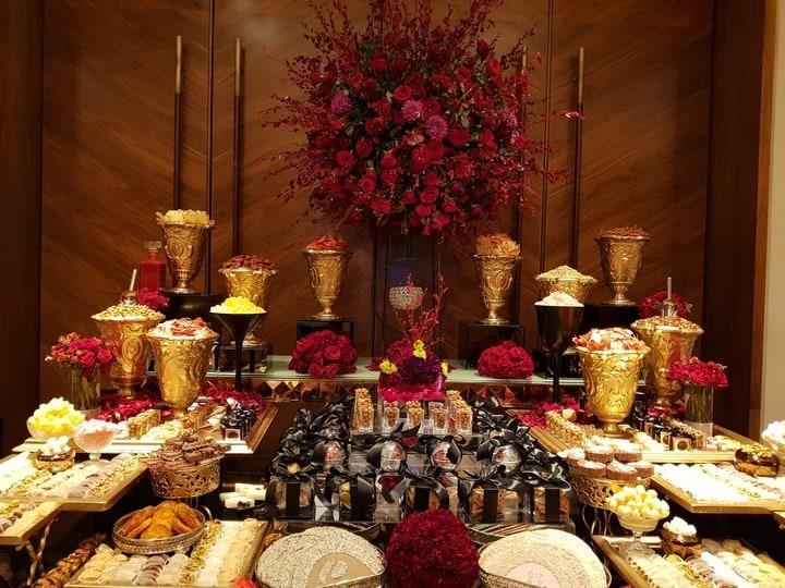 mesa de postres para boda en color rojo