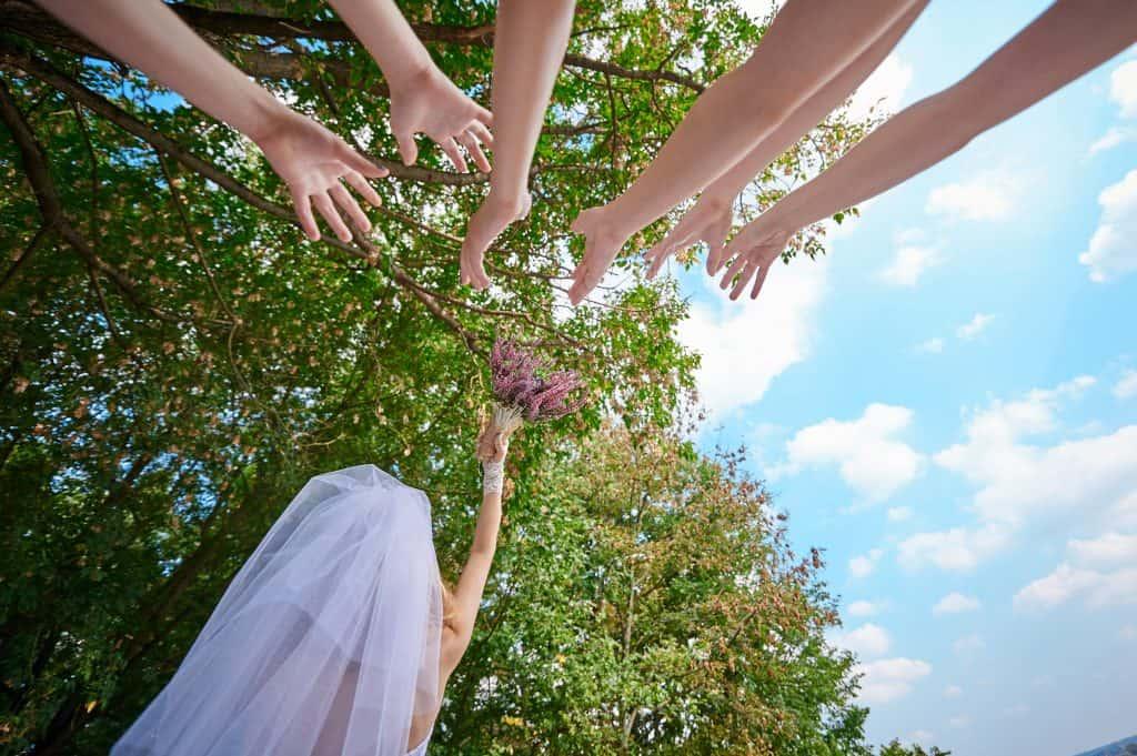 novia lanza el ramo de novia