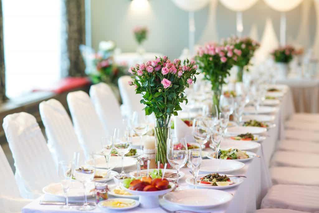 centro de mesa en xv años flores rosas